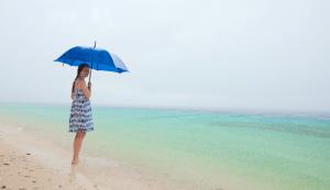 parapluie-plage-sous-la-pluie